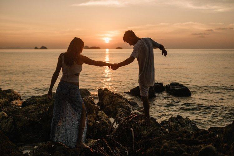 105 thailand wedding photographer koh samui love session couple in love
